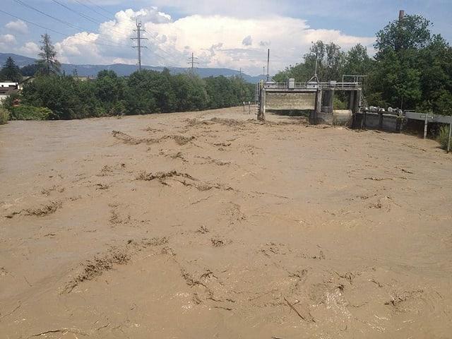 Fluss mit braunem Hochwasser.
