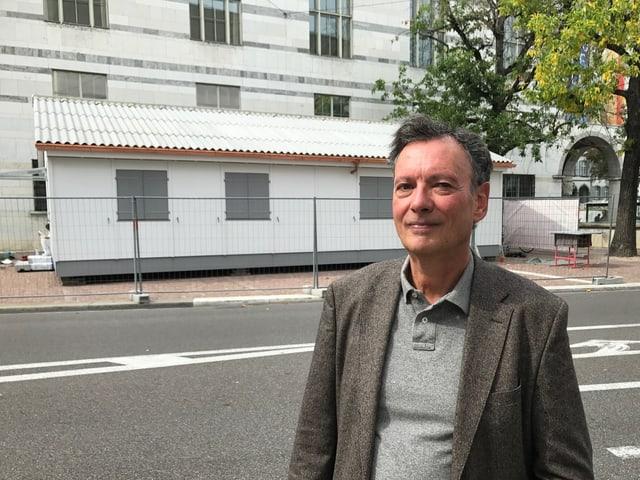 Pascal Trudon steht vor seiner Kunstinstallation (ein Häuschen), dahinter das Kunstmuseum