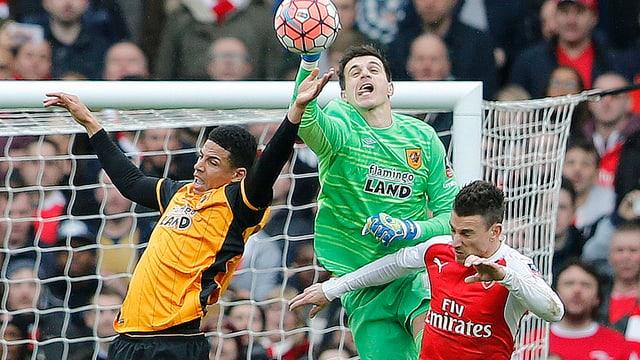 Eldin Jakupovic faustet einen Ball weg