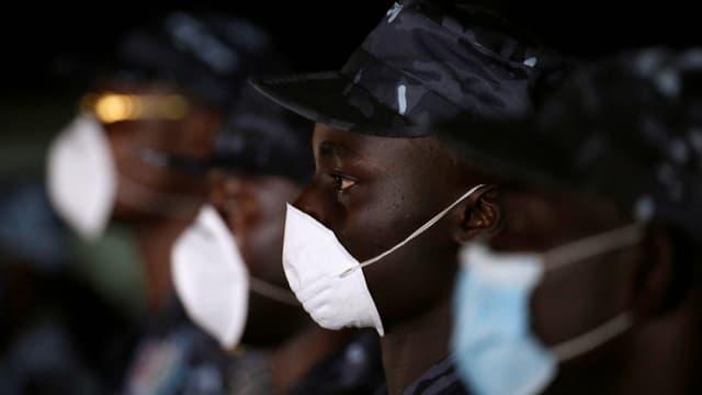 Polizisten mit Mundschutz