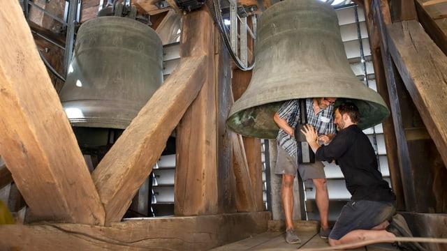 Peter Conradin Zumthor und Gabriel Schneider arbeiten an einem Klöppel der grossen Kirchglocke.