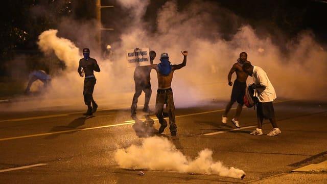 Kanister mit Tränengas explodieren bei einer Demonstration in Ferguson, Missouri