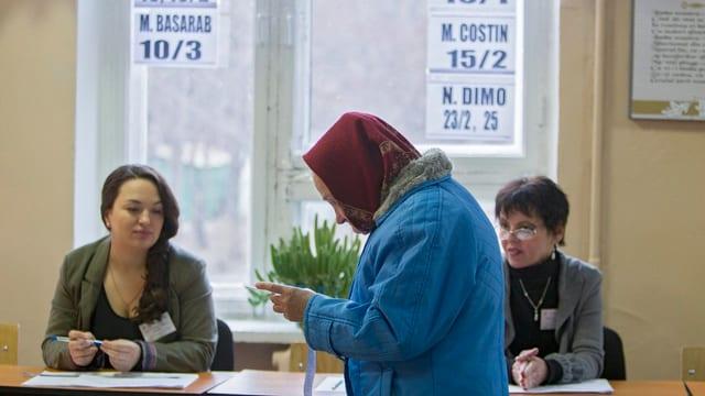 Ältere Frau im Wahllokal