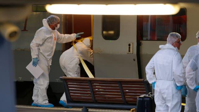 Französische Polizisten in Schutzkleidung betreten den Zug, in dem geschossen wurde