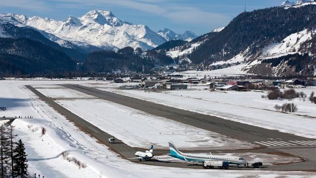 Blick auf den Flugplatz im Winter.
