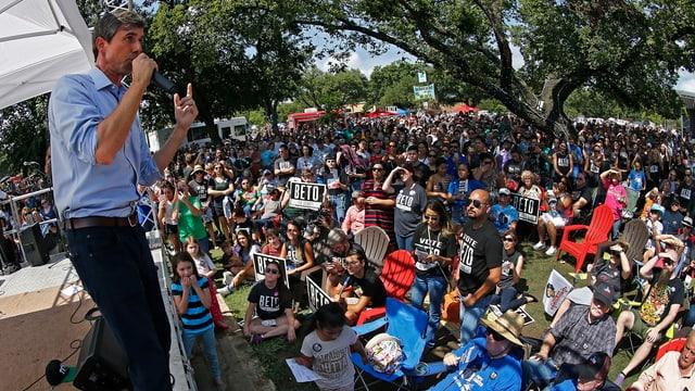 Beto O'Rourke spricht vor Anhängern.