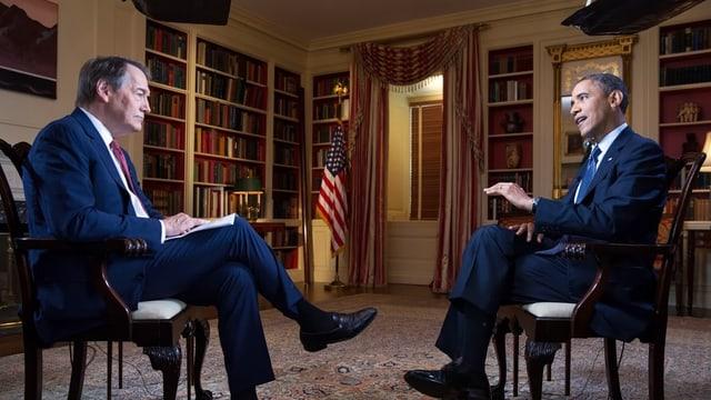 Obama und der Journalist sitzen einander gegenüber.