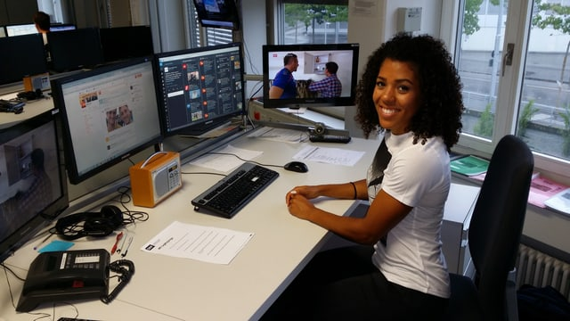 Mujinga Kambundji am Computer in der SRF-Sportredaktion
