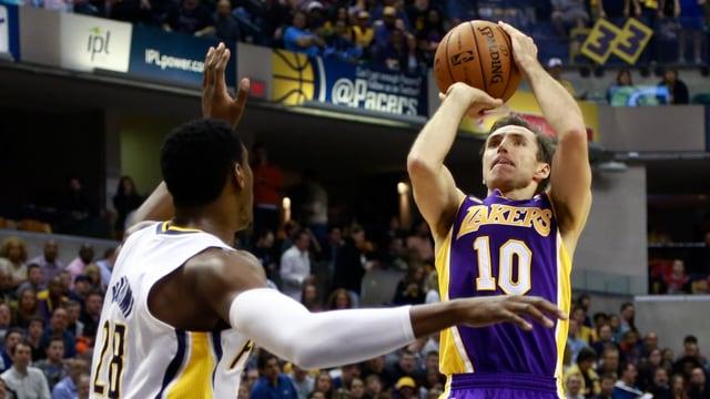 Steve Nash springt hoch, um den Ball im Korb zu versenken.