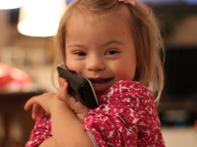 Calista spielt Telefonieren.