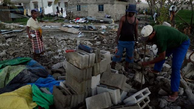 Mitarbeitende von Hilfsorganisationen versuchen in der Nähe von Beira aufzuräumen.