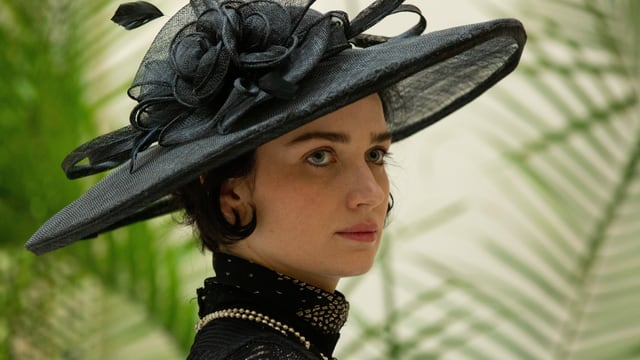 eine Frau in viktorianischer schwarzer Kleidung