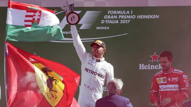 Lewis Hamilton mit der Siegertrophäe in der Hand.