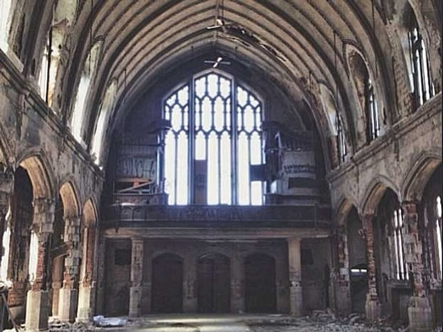 Eine zerfallende Kirche von innen.