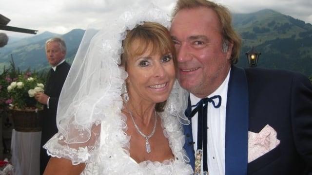 Hochzeitsfoto. Ireen im weissen Braukleid, ihr Mann im Anzug vor der Kulisse der Tiroler Berge.