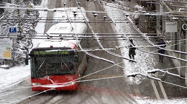 Ein Bus der Stadt Winterthur unterwegs auf verschneiten Strassen.
