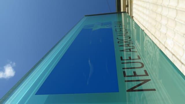 Das Logo der Bank auf einer Glasfläche, vor dem Eingang des Hauptsitzes in Aarau.