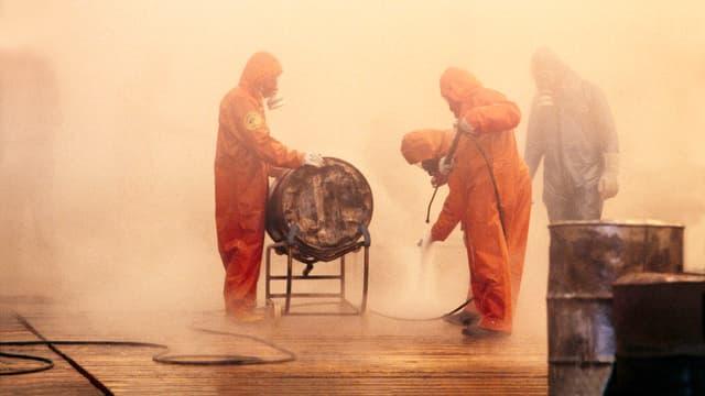 Männer in Schutzanzügen beim Reinigen