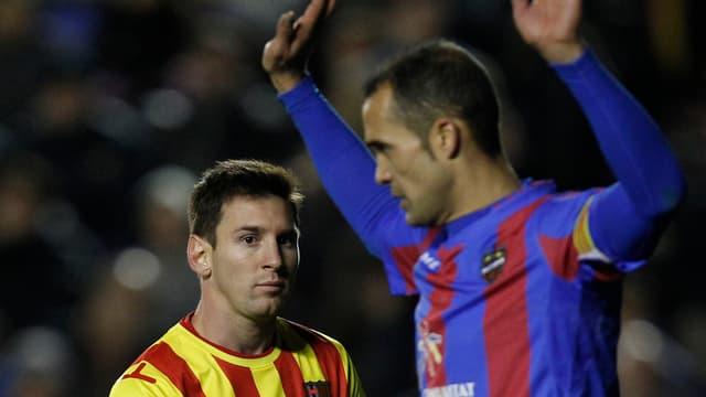 Barcelonas Lionel Messi (l.) hatte gegen Levante wenig Grund zur Freude.