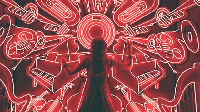 Frau vor Neonschildern