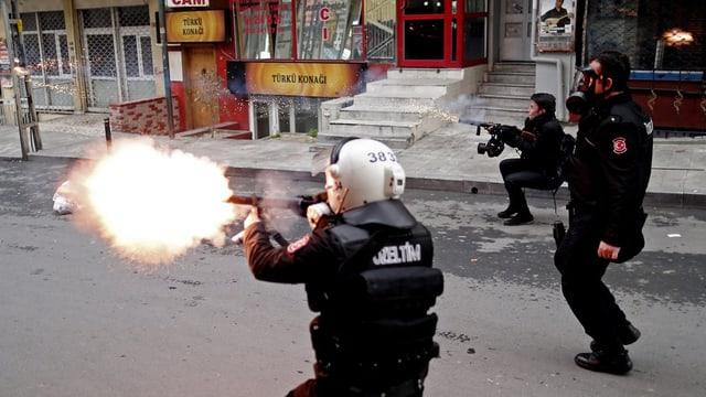 Policists en mondura en acziun.