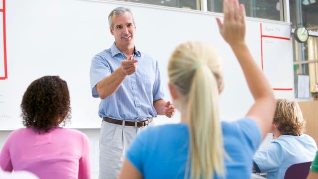 Schulszene - Schülerin streckt auf - Lehrer vorne