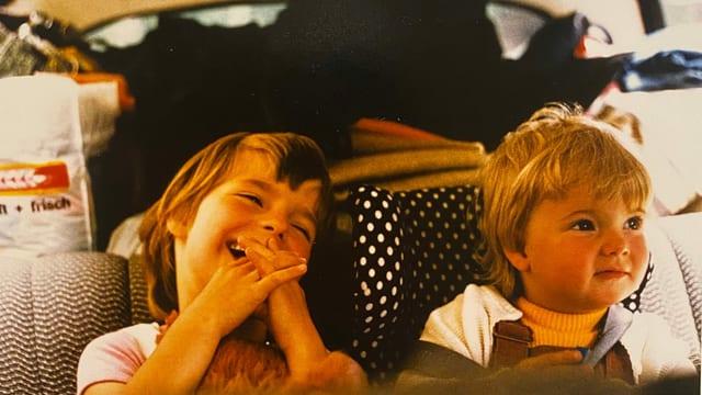 Zwei kleine Mädchen in einem Auto.