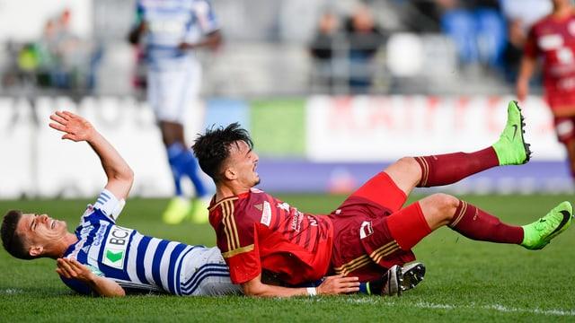 Lausanne's Jeremy Maniere und Vaduz' Albion Avdijaj fallen nach einem Zweikampf zu Boden.