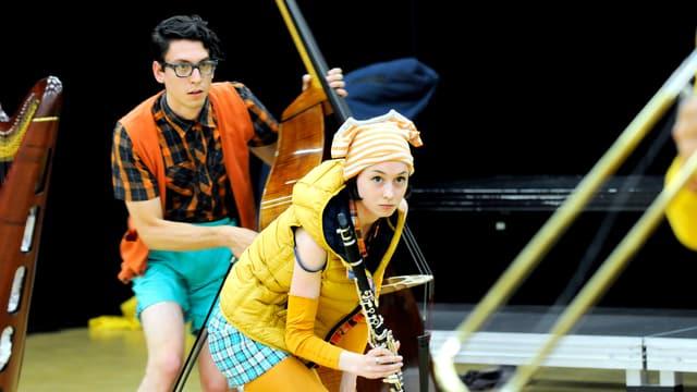 Musikalisch-theatralische Performance mit Mann an Bass und Frau mit Klarinette.