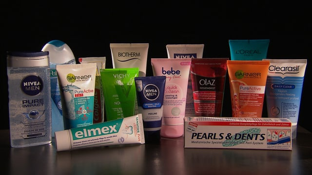 Verschiedene Kosmetikprodukte, die Mikroplastik enthalten.