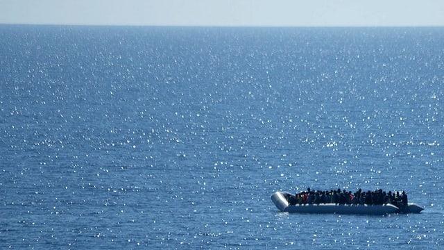 Durant il favrer èn tenor l'UNHCR passa 900 fugitivs e migrants arrivads mintga di a las costas greccas.