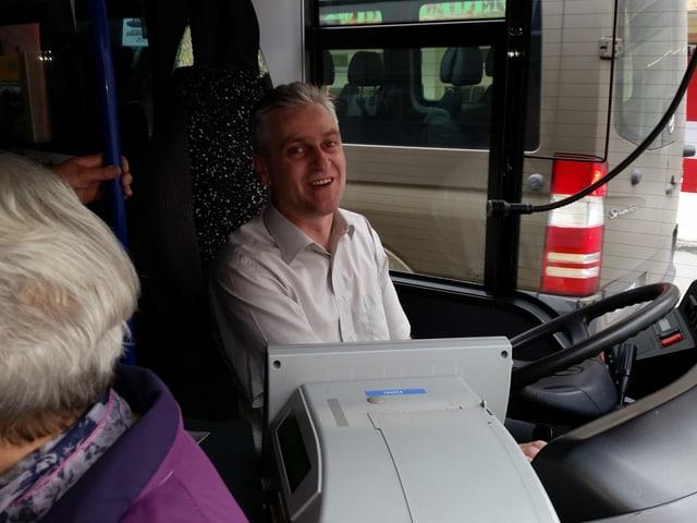Blick zu Sretouvic in die Fahrerkabine des gut gefüllten Busses.