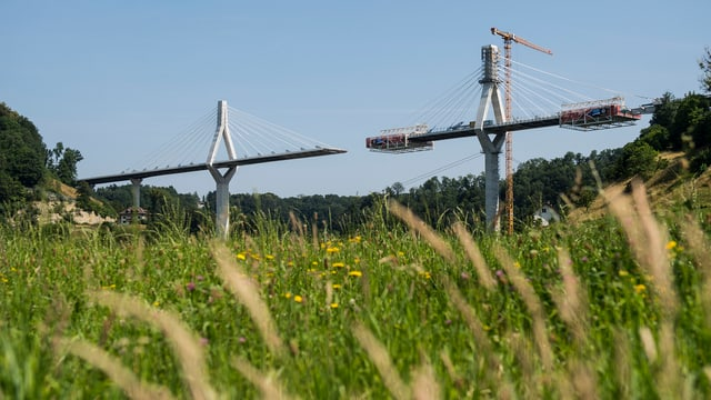 Die unfertige Poyabrücke mit Kranen