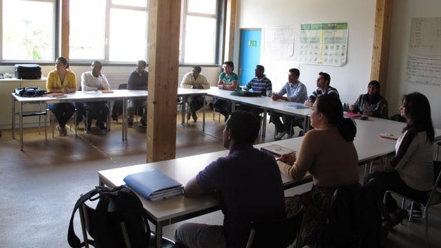 Eine Schulklasse von Migrantinnen und Migranten im AOZ bei Oerlikon.
