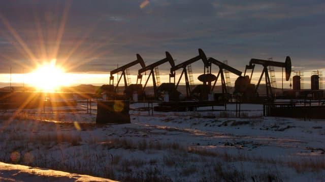 Symbolbild: Erdölpumpen in den USA, dahinter geht die Sonne unter.