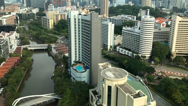 Luftaufnahme eines Flusses in Singapur.