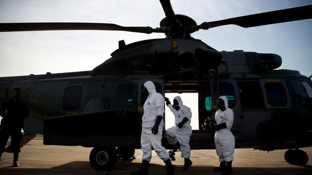 Frozas dal militar brasilian en vestgieus spezials avant in helicopter.