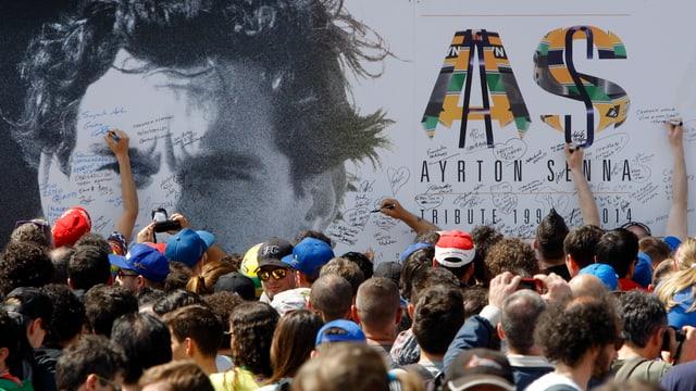 Tausende Fans gedenken in Imola dem verstorbenen Rennfahrer Ayrton Senna.