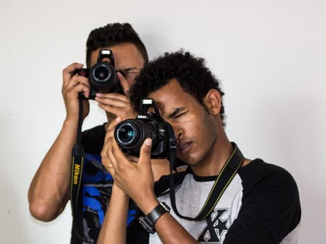 Ahmed (rechts) und Amanuel (im Hintergrund) mit ihrer Kameras