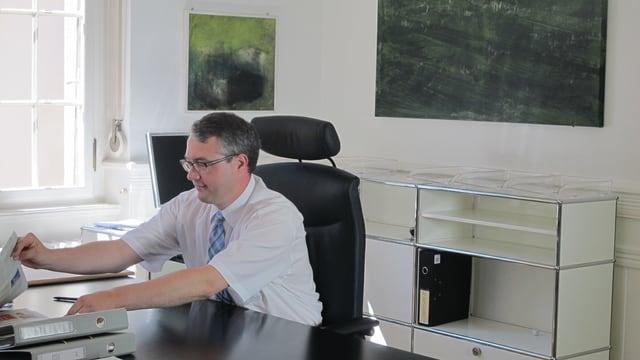 Neu Regierungsrat Remo Ankli testet schon einmal seinen neuen Bürostuhl.