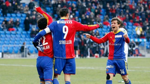Basel (rechts Valentin Stocker) schoss sich gegen Sion warm.