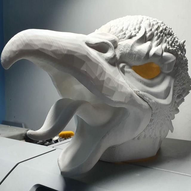 Eine rohe, noch unbemalte Vogelmaske gleich nach dem Ausdruck.