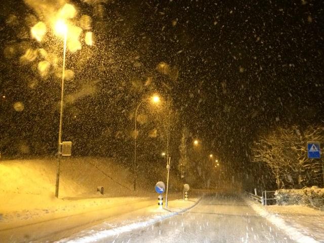 eine schneebedeckte Fahrbahn
