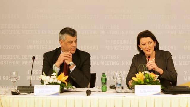 Thaci links und Jahjaga rechts