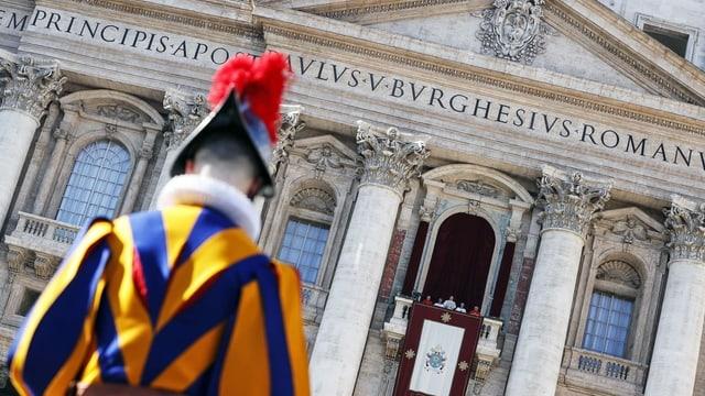 Guardia papala avant balcun da catedrala.
