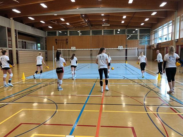 Volleyballfeld mit Spielerinnen