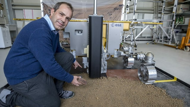 Nikolaus Kuhn, Professor für Physiogeographie und Umweltwandel an der Universität Basel, mit einem Marsrover-Nachbau.