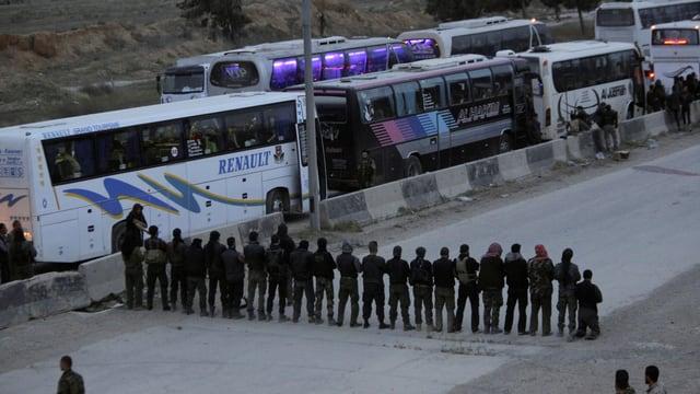 Rebellen, die vor ihrer Evakuierung beten. Ausserhalb von Ost-Ghuta.
