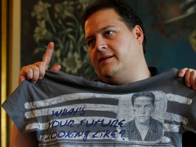 Sebastian Marroquin, Sohn von Pablo Escobar, zeigt ein T-Shirt  seiner Modemarke mit dem Abbild seines Vaters.