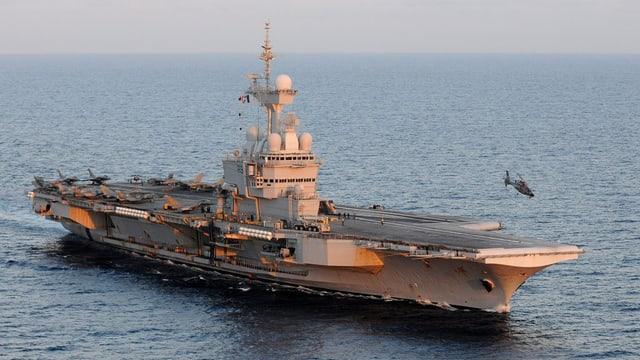 Sin il bastiment d'armada sa chattan 18 bumbardaders dal tip «Rafale» ed 8 dal tip «Super Étendard».